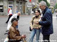 Nas ruas: Struth (dir.) explica a um sem-teto como manusear câmera fotográfica