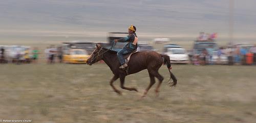 Jinetes en el Naadam de Mongolia 001 by Rafa Granero