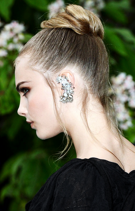 LE FASHION BLOG CARA DELEVINGNE JEWELED EAR CUFF SERPENTINE GALLERY ROMANTIC TOP KNOT BUN WISPY PIECES BLACK DRESS SMOKEY EYES BEAUTY MODEL STYLE HARRY STYLES 2