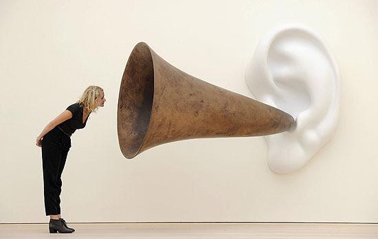Mulher posa perto de uma instalação do artista americano John Baldessari exposta em Londres
