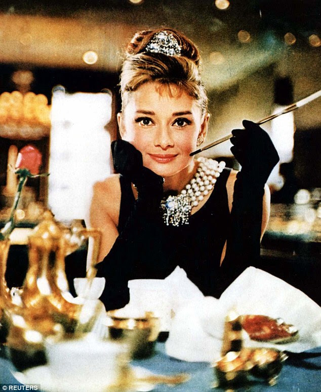 Audrey Hepburn é retratado vestindo um vestido Givenchy no filme de 1961 'Breakfast At Tiffany's'