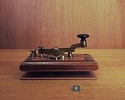 Samuel Morse con un prototipo del telégrafo. Imagen propiedad de Wikipedia