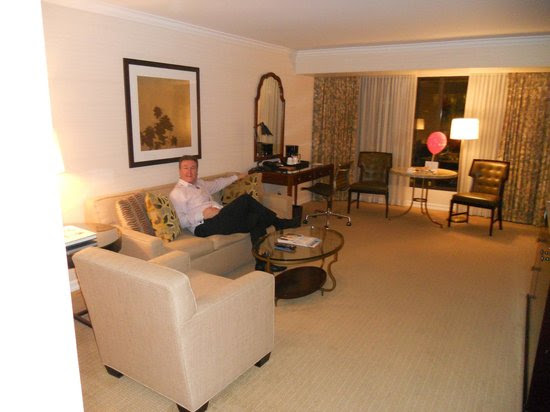 Living room to suite - Picture of Four Seasons Hotel Vancouver
