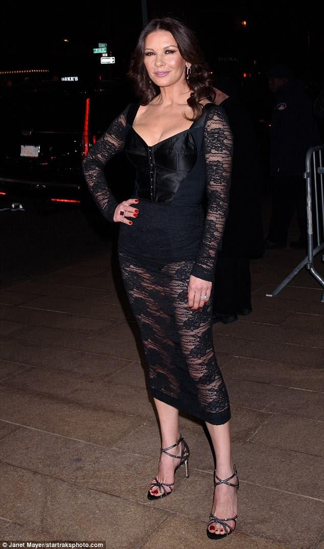 Sheer: Catherine usava um vestido preto parcialmente transparente que mostrava as coxas tonificadas e os bíceps firmes
