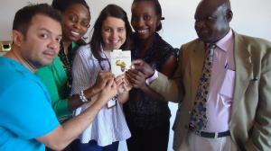 Maria Rehder e Hércules Barros com o documento de direitos humanos do continente Africano em mãos durante formação realizada no Kenya em Novembro de 2012