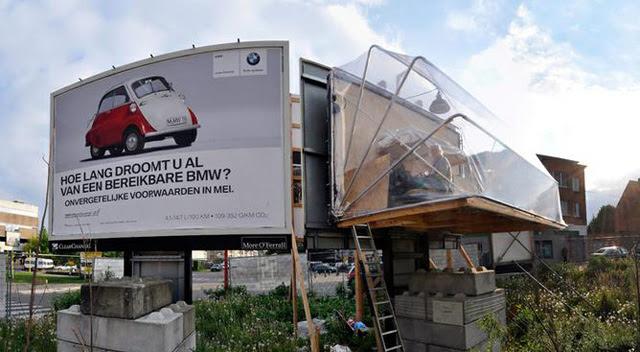 perierga.gr - Καλλιτέχνης μετατρέπει τις διαφημιστικές πινακίδες σε σπίτια αστέγων!