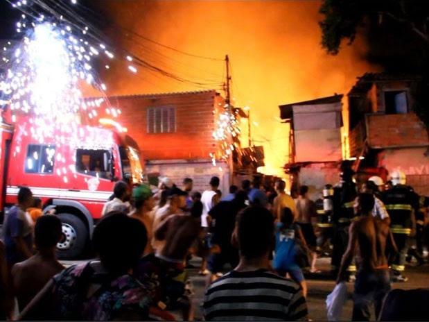 Incêndio em favela destruiu cerca de 20 barracos de madeira na madrugada deste domingo, na Zona Leste, segundo os Bombeiros (Foto: Edison Temoteo/ Futura Press / Estadão Conteúdo)