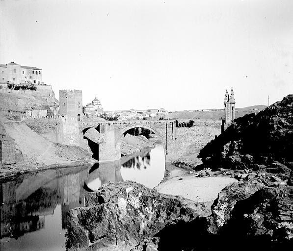 Puente de Alcántara entre el 24 y el 26 de septiembre de 1899. Fotografía de Petit. Société Française d'Archéologie et Ministère de la Culture (France), Médiathèque de l'architecture et du patrimoine (archives photographiques) diffusion RMN