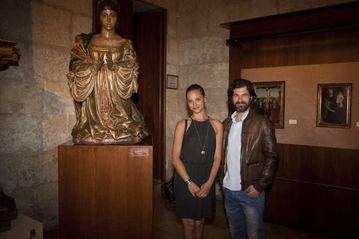 Michelle Jenner y Rodolfo Sancho ante la estatua de la reina Isabel que hay en la Capilla Real de Granada