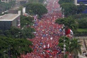 Milhares de pessoas concentraram-se, hoje, no centro de Caracas e encheram a Avenida Bolívar, em defesa da paz e da Revolução Bolivariana