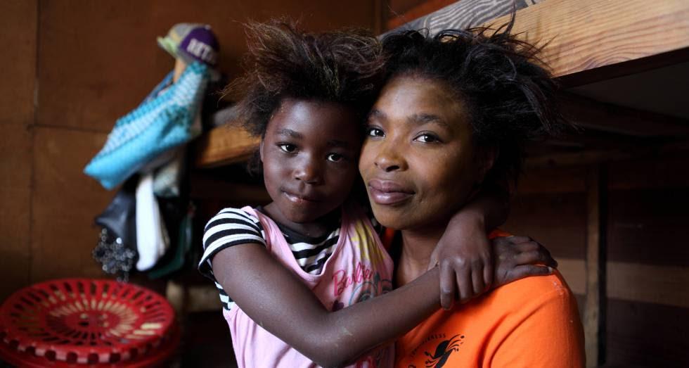 Ncumisa Sonandi, exprostituta de 29 años, ahora asesora a otras trabajadores sexuales. A su lado, su hija Luciana, de seis años.