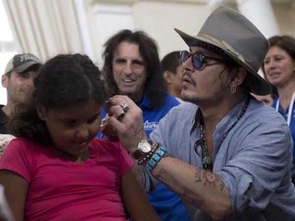 Johnny-Depp-vem-ao-Brasil-e-doa-211-aparelhos-auditivos