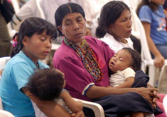 Tres madres indígenas, de la etnia Embera Chamí, asisten a una edición del Congreso Regional Indígena del Valle del Cauca, Colombia.