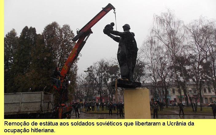 Remoção de estátua aos soldados soviéticos que libertaram a Ucrânia.