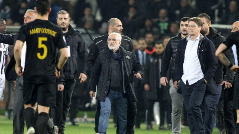 Ο πρόεδρος του ΠΑΟΚ, Ιβάν Σαββίδης (Κ), εισέρχεται στον αγωνιστικό χώρο κατά τη διάρκεια του αγώνα ποδοσφαίρου ΠΑΟΚ - ΑΕΚ, για την 25η αγωνιστική του πρωταθλήματος Super League, που διεξήχθη στο γήπεδο Τούμπας, Θεσσαλονίκη, Κυριακή 11 Μαρτίου 2018. ΑΠΕ-ΜΠΕ, PIXEL, STR