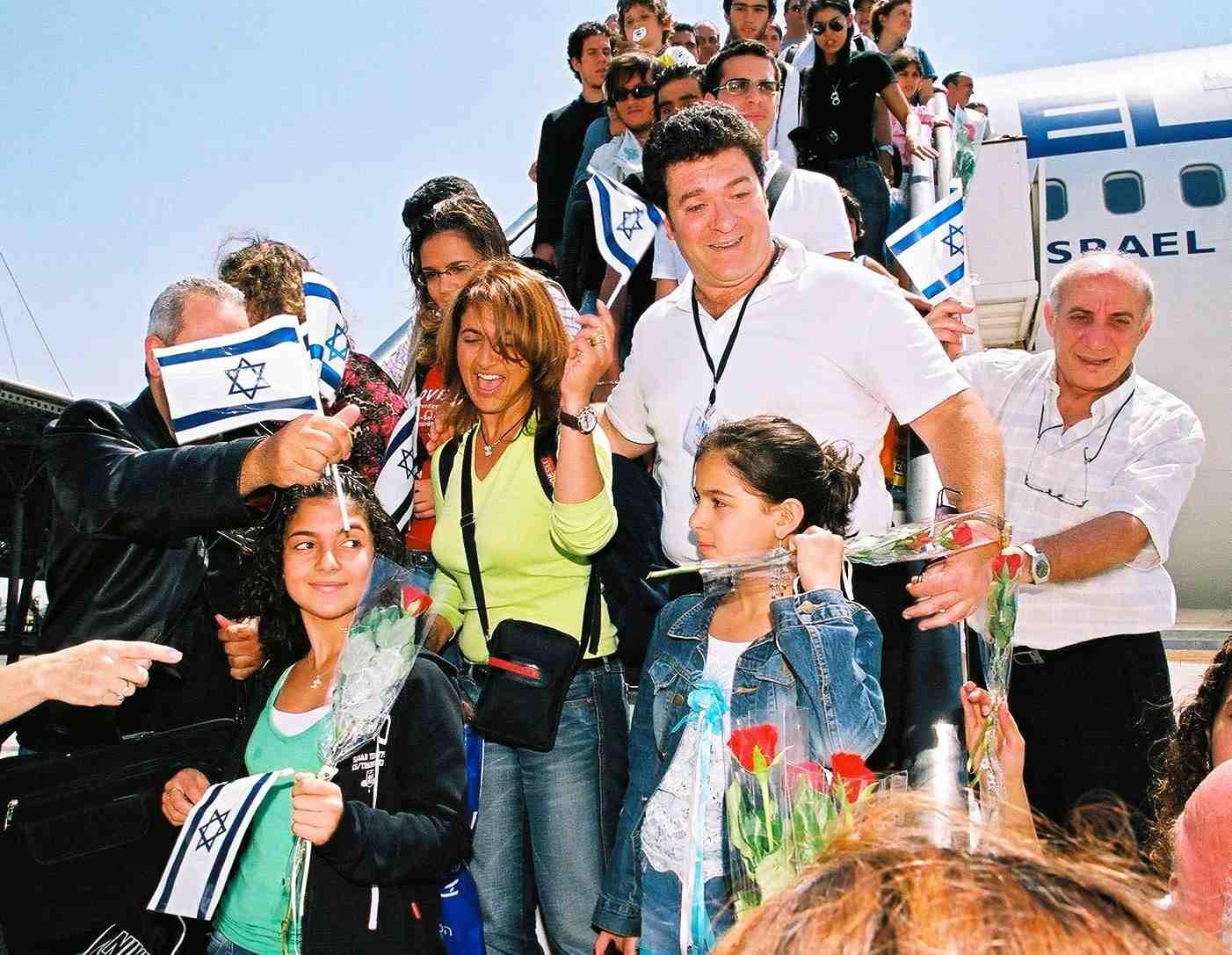 L'arrivo di immigrati dall'ex Unione Sovietica all'aeroporto Ben Gurion (fonte Fondo Nazionale per la costruzione di Israele,  Keren-Hayesod.it)