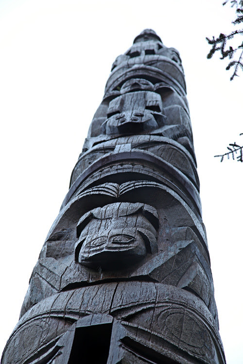 frog and other figures, frontal totem pole, Naay I'waans, Chief Son-i-Hat Whale House, Kasaan, Alaska