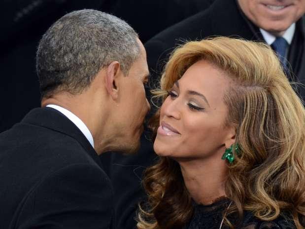 Barack Obama cumprimenta a cantora  Beyoncé  após ela cantar o hino nacional americano durante evento no Capitólio  em janeiro de 2013 Foto: AFP