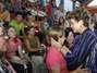 Presidente Dilma Rousseff visita local onde os corpos das vítimas foram levados para reconhecimento. Um incêndio de grandes proporções em uma casa noturna ocorreu na madrugada deste domingo em Santa Maria (RS). O incidente, que começou por volta das 2h30, ocorreu na Boate Kiss, na rua dos Andradas, no centro da cidade. Segundo um segurança que trabalhava no local no momento do incêndio, muitas pessoas foram pisoteadas. Por volta das 10h40, foi encerrada a remoção dos corpos das vítimas em um caminhão da Brigada Militar. Eles foram levados para um ginásio da região central onde será feito o reconhecimento. O Corpo de Bombeiros acredita que o fogo teria iniciado com um sinalizador Foto: Planalto / Divulgação