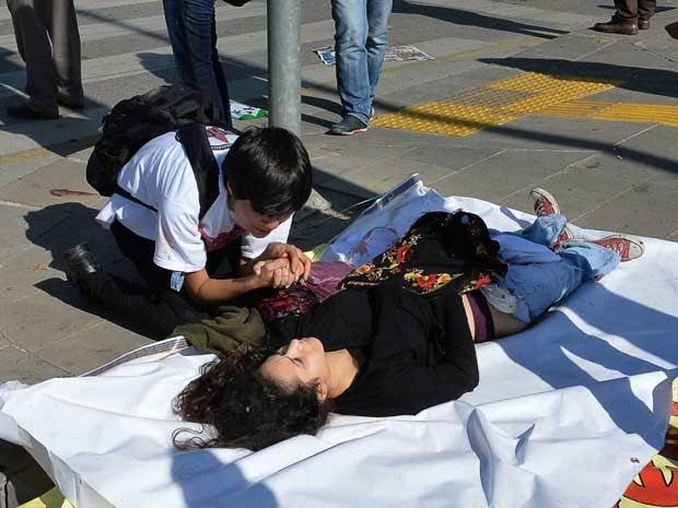 Ferida recebe auxílio após explosões na Turquia (Foto: Adem Altan / AFP Photo)