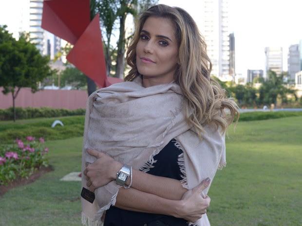 Deborah Secco esbanja elegância nos bastidores do Domingão do Faustão (Foto: Camila Serejo/ Gshow)