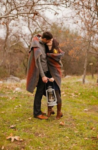 wickeln Sie zwei mit einer gemütlichen Decke zu fühlen, näher zu einander, und comfier