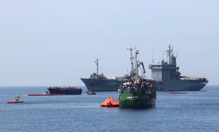 Photographie transmise par l'ONG Jugend Rettet le 16 avril 2017 montrant une opération de sauvetage de migrants sur les côtes libyennes.