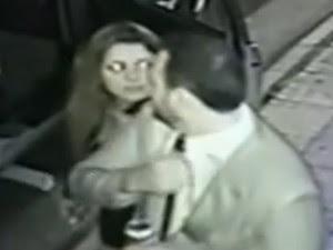 Momento em que jovem é agredida com cotovelada (Foto: Reprodução/TV Globo)