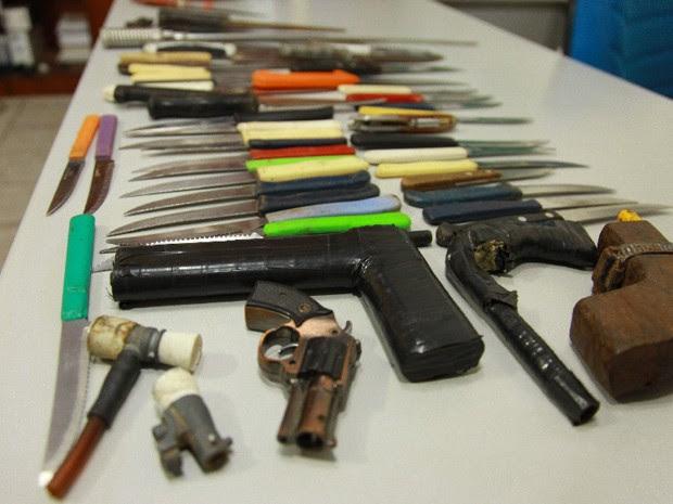 Armas apreendidas nas escolas pela Ronda Escola da PM (Foto: Biné Morais / O Estado)