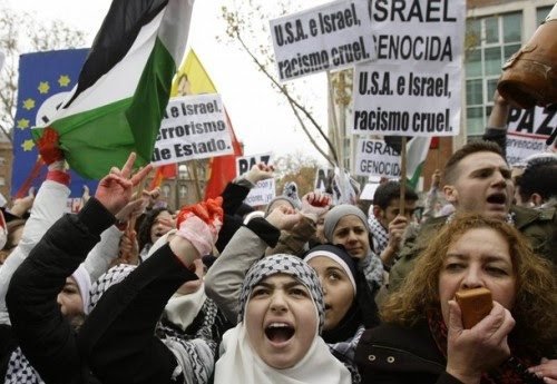 Demonstrators shout slogans during a protest against Israeli attacks on Gaza in front of the Israeli embassy in Madrid December 28, 2008.  REUTERS/Juan Medina (SPAIN)