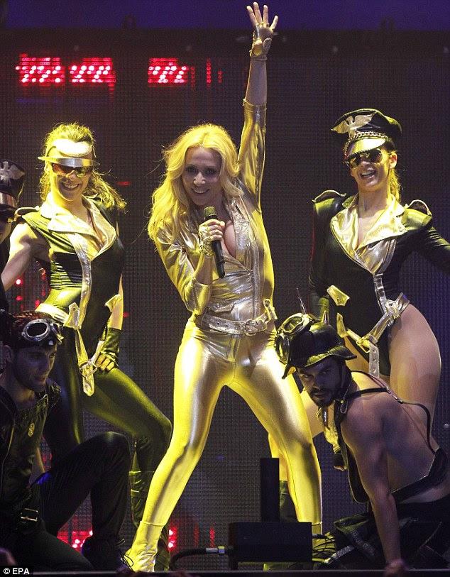 Fazendo sua presença sentida: a cantora espanhola Marta Sanchez usava um formulário-encaixe muito catsuit ouro