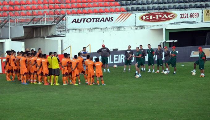 Nedo Xavier conheceu o elenco e comandou o primeiro treino no Boa Esporte nesta segunda-feira (27) (Foto: Régis Melo)