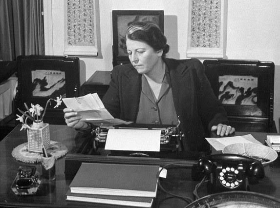 Pearl S. Buck, en su despacho, en 1943.