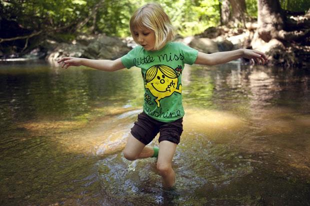 Lori Anne Madison busca lesmas e caracóis em rio nos Estados Unidos; aos 6 anos, ela é a mais jovem competidora do Concurso Nacional de Soletração do país (Foto:  (AP Photo/Jacquelyn Martin))