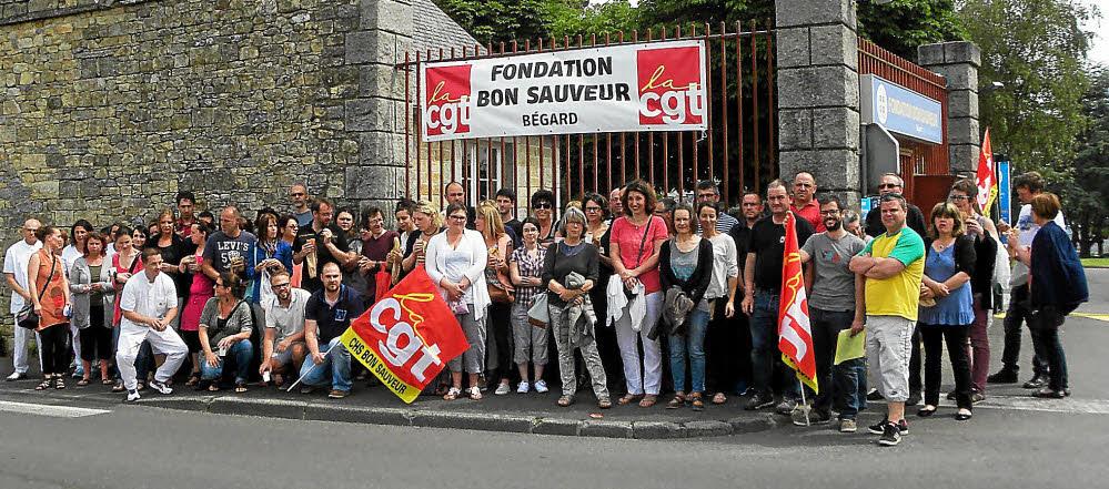 Les salariés se sont rassemblés, jeudi, rue du Bon-Sauveur à l'occasion du pique-nique organisé dans le cadre du mouvement de grève.
