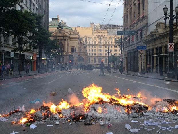 Fogo em lixo na rua que dá acesso do Theatro Municipal, no Centro de SP (Foto: Marcelo Brandt/G1)