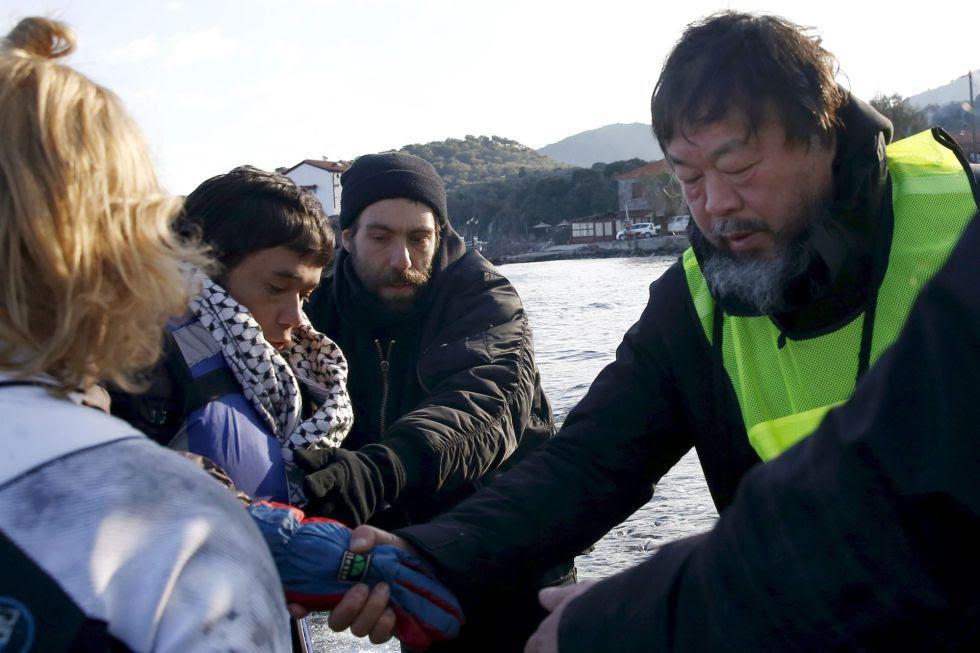 Ai Weiwei ayuda a refugiados en la isla de Lesbos esta semana. rn