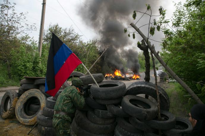 Self-defense activists guard a checkpoint near Slavyansk on May 2, 2014 (Reuters / Baz Ratner)