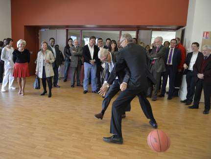 Lors de l'inauguration et de la visite des salles de sport, le directeur Antoine Pacheco et le maire Émile-Roger Lombertie n'ont pu s'empêcher de tester le parquet... - Photo Pascal Lachenaud