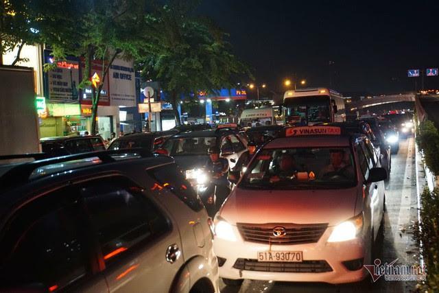 Cửa ngõ Tân Sơn Nhất tê liệt, ngàn ô tô dàn hàng kín đặc đường - Ảnh 6.