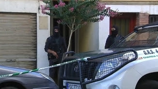 Agents de la Guàrcia Civil custodiant el pis d'un dels germans acusats de finançar Estat Islàmic a Arbúcies
