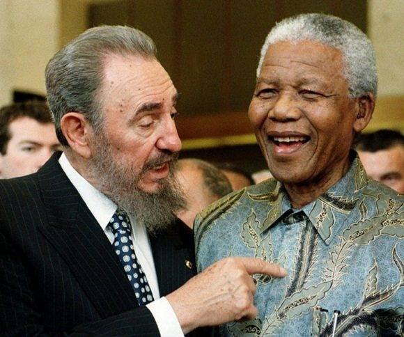 Fotografía del 19 de mayo de 1998 que muestra al presidente cubano, Fidel Castro, junto al presidente sudafricano, Nelson Mandela, durante una ceremonia celebrada con motivo del 50 aniversario del Acuerdo General sobre Aranceles Aduaneros y Comercio (GATT, por sus siglas en inglés) durante una conferencia ministerial de la Organización Mundial del Comercio (OMC) celebrada en Ginebra (Suiza). PATRICK AVIOLAT EFE