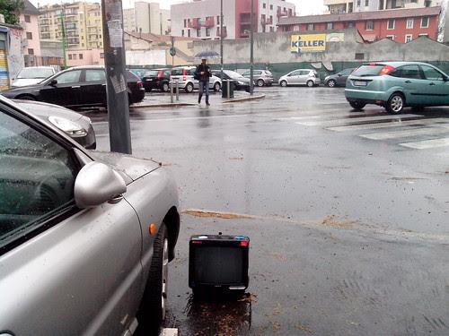 Piove e fuori casa una televisione by Ylbert Durishti