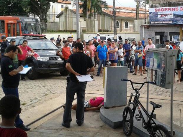Peritos coletam informações na cena do crime, no Filipinho (Foto: Douglas Pinto/TV Mirante)
