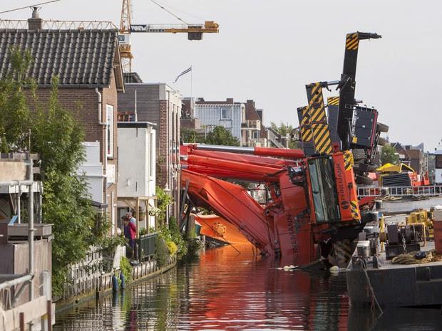 Dois guindastes caídos são vistos em Alphen aan de Rijn, na Holanda. Os guindastes, usados para içar parte de uma ponte, desabaram sobre uma fileira de casas ferindo pelo menos 20 pessoas (Foto:  Ronald Fleurbaaij/Reuters)