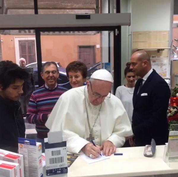 Image result for salio a comprar unos zapatos nuevos papa francisco