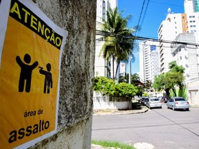 Cartaz alerta perigo de assalto na Rua Dhália, em Boa Viagem (Foto: Marlon Costa Lisboa/Pernambuco Press)