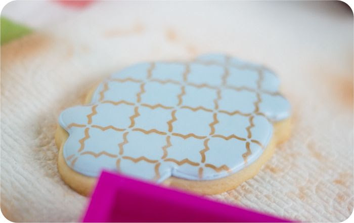 airbrushing cookies: the basics | bakeat350.blogspot.com