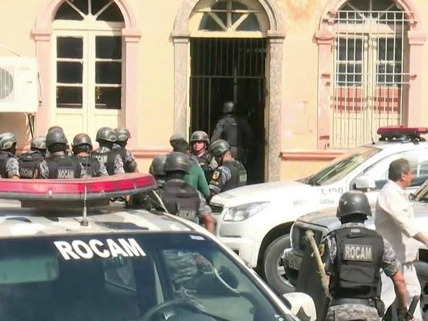 Polícia acompanha situação na Vidal Pessoa (Foto: Reprodução GloboNews)