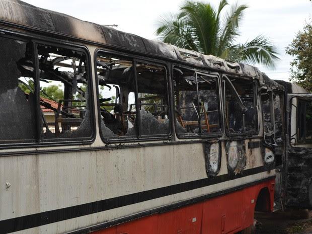 Ônibus incendiados em Cacoal, RO (Foto: Magda Oliveira/G1)